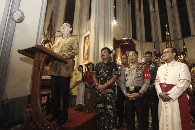 Menteri Dalam Negeri Tjahjo Kumolo (kiri) menyampaikan sambutan di depan jemaat gereja disaksikan Kapolri Jenderal Pol Tito Karnavian (ketiga kiri), Panglima TNI Marsekal Hadi Tjahjanto (kedua kiri) dan Uskup Agung Jakarta Ignatius Suharyo Hardjoatmodjo (kanan) saat meninjau misa Malam Natal di Gereja Katedral, Jakarta, Minggu (24/12/2017). Peninjauan tersebut dilakukan guna memastikan pengamanan malam Natal di sejumlah gereja di Jakarta.
