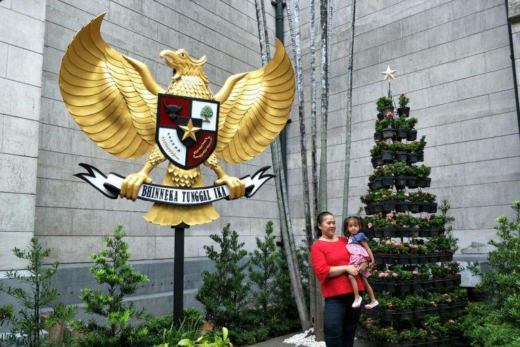 Burung garuda Pancasila berukuran besar di Gereja Katedral Jakarta, Minggu (24/12/2017).
