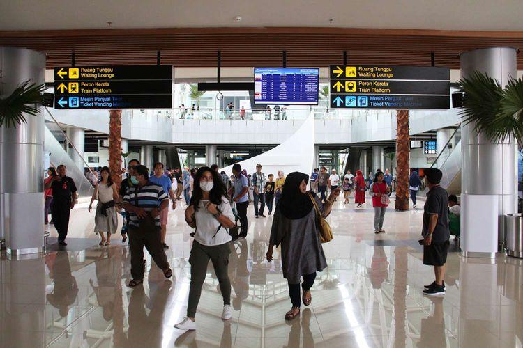 Antusias masyarakat saat ingin mencoba kereta api bandara di Stasiun Bandara Soekarno-Hatta, Tangerang,Banten, Selasa (26/12/2017). Uji coba KA Bandara Soekarno-Hatta dilakukan hingga peresmian operasinya pada 2 Januari 2018. Selama uji coba, PT KAI telah menetapkan harga tiket yang bisa dibeli warga, yakni Rp 30.000.