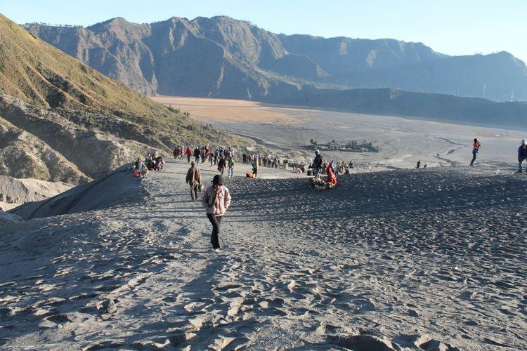 Wisatawan mengunjungi gunung Bromo.