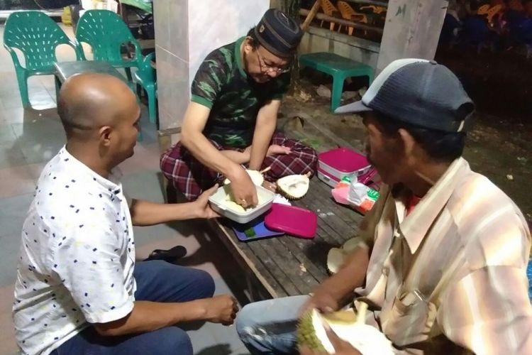 Pembeli menikmati durian di Jalan Pase, Kota Lhokseumawe, Sabtu (30/12/2017) malam