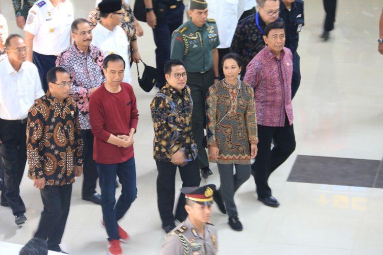 Presiden Joko Widodo bersama rombongan saat meresmikan layanan KA Bandara Soekarno-Hatta, Tangerang, Selasa (2/1/2018).