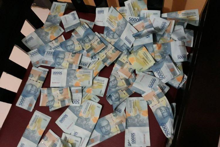 Serakan uang palsu yang diamankan Polsek Blanakan Kabupaten Subang, Selasa (2/1/2018). Kasus uang palsu terungkap setelah mendapatkan laporan dari pemilik toko yang menerima uang palsu dari dua orang tak dikenal yang membeli celana di tokonya.