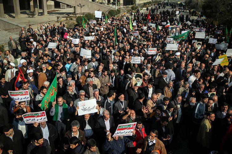 Warga Iran menyerukan slogan-slogan saat menggelar aksi mendukung pemerintah di dekat Masjid Besar Imam Khomeini di Ibu Kota Teheran, Sabtu (30/12/2017). Unjuk rasa anti-pemerintahan Presiden Hassan Rouhani di Iran berlangsung hampir sepekan, memakan korban tewas hingga puluhan orang dan ratusan orang ditangkap pihak keamanan.