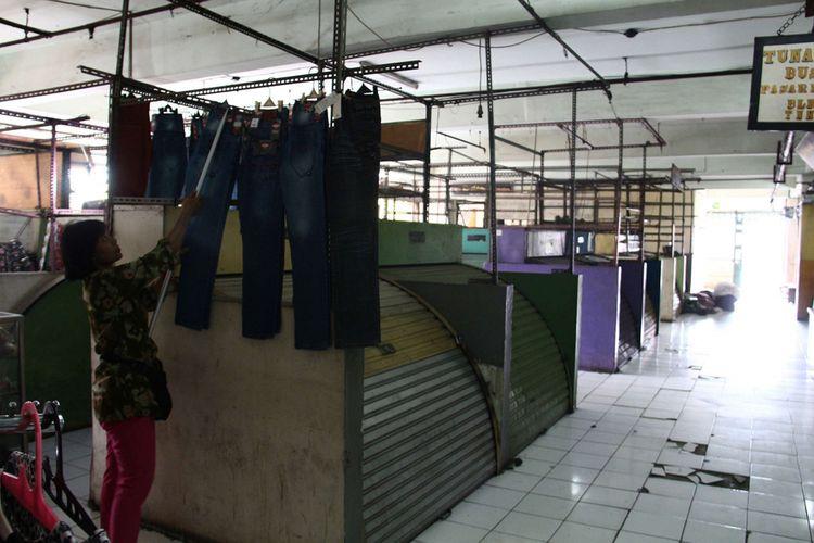 Beberapa pedagang yang masih tersisa di Blok G, Pasar Tanah Abang, Jakarta, Jumat (05/01/2018). PD Pasar Jaya akan merevitalisasi Blok G Pasar Tanah Abang. Bangunan yang berdiri saat ini dinilai tidak layak sehingga akan dirobohkan dan dibangun ulang.