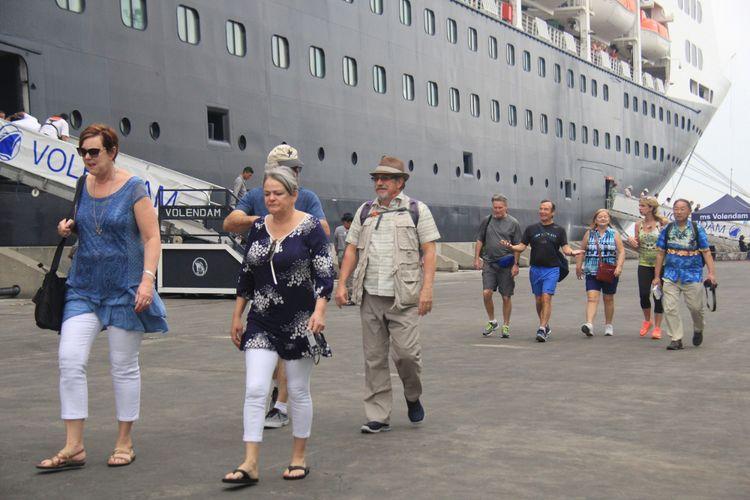 Sejumlah wisatawan yang naik kapal MS Volendam singgah di Pelabuhan Tanjung Emas turun untuk berkeliling destinasi wisata di Jawa Tengah, Sabtu (6/1/2018).