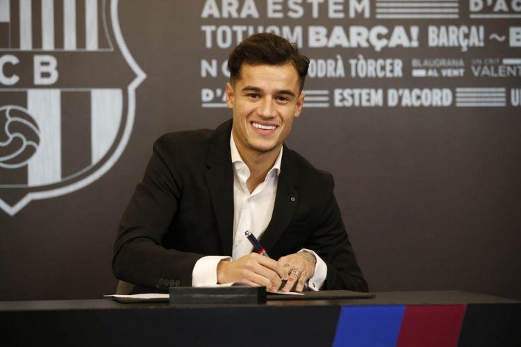 Philippe Coutinho saat menandatangani kontrak bersama Barcelona.