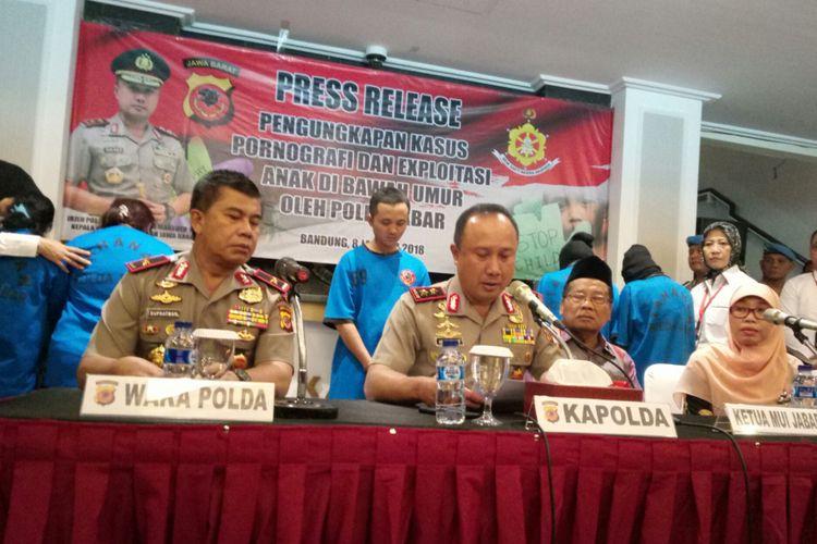 Kapolda Jabar Irjen Pol Agung Budi Maryoto tengah merilis Penangkapan 6 pelaku pembuatan video mesum yang melibatkan anak dibawah umur, di Mapolda Jabar, Jalan Soekarno Hatta, Bandung, Senin (8/1/2018).