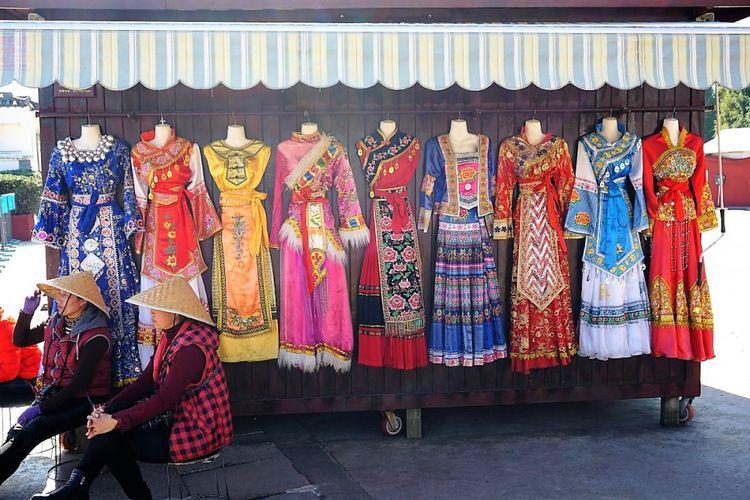 Baju tradisional etnis di Yunnan yang disewakan untuk berfoto di Yunnan Ethnic Village.