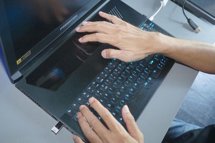 Touchpad luas di atas mechanical keyboard Predator Triton 700.