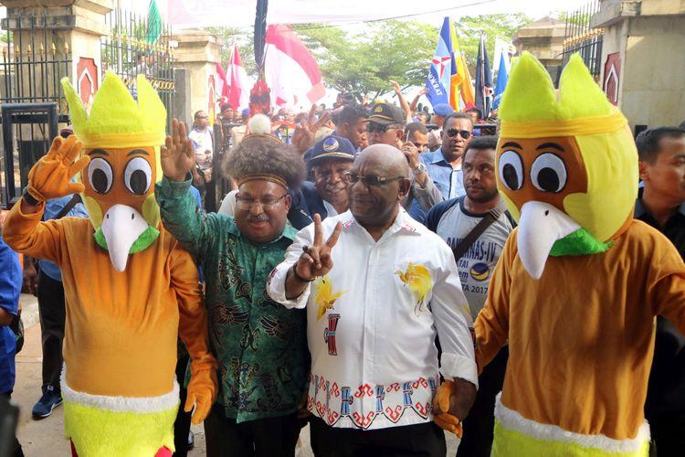 Pasangan Cagub Papua Lukas Enembe (kedua kiri) dan Cawagub Klemen Tinal (kedua kanan) tiba di KPU Papua, untuk melakukan pendaftaran di Jayapura, Selasa (9/1/2018). Pasangan petahana Lukas Enembe dan Klemen Tinal didukung koalisi 10 parpol untuk maju dalam Pilkada Serentak 2018.