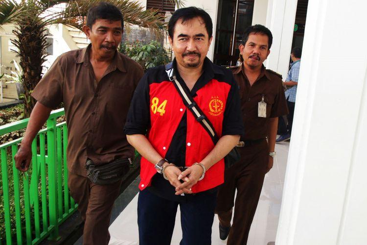 Terdakwa kasus asusila Gatot Brajamusti bersiap untuk mengikuti sidang lanjutan di Pengadilan Negeri Jakarta Selatan, Selasa (9/1/2018). Dalam sidang yang beragendakan  mendengarkan keterangan saksi tersebut, jaksa menghadirkan seorang saksi yaitu penyanyi Reza Artamevia.