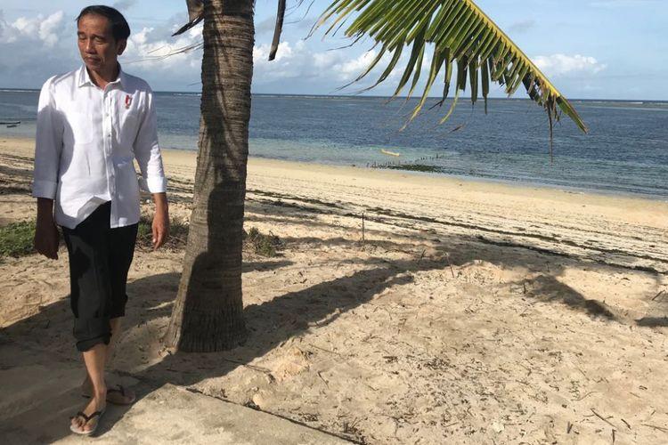 Presiden Joko Widodo saat berjalan di Pantai Nemberala, Rote Ndao, NTT, Selasa (9/1/2018).