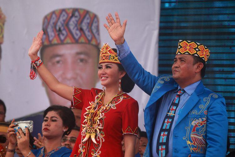 Pasangan bakal calon gubernur dan bakal calon wakil gubernur Kalbar, Karolin Margret Natasa dan Suryadman Gidot menyapa massa pendukung dan simpatisan dalam deklarasi yang dipusatkan di Rumah Reading, Pontianak, Kalimantan Barat (10/1/2018).