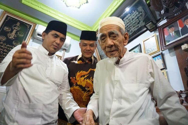 Ganjar Pranowo (tengah) dan Taj Yasin (kiri) berkunjung ke kediaman ulama KH Maimoen Zubair di Rembang setelah keduanya mendaftar ke KPU Jateng, Selasa (9/1/2018) malam.