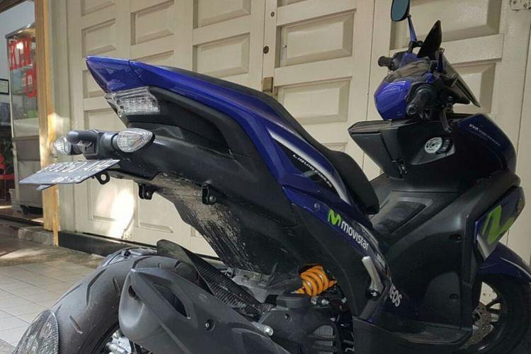 Sebuah Yamaha Aerox yang sudah dimodifikasi menjadi monoshock.