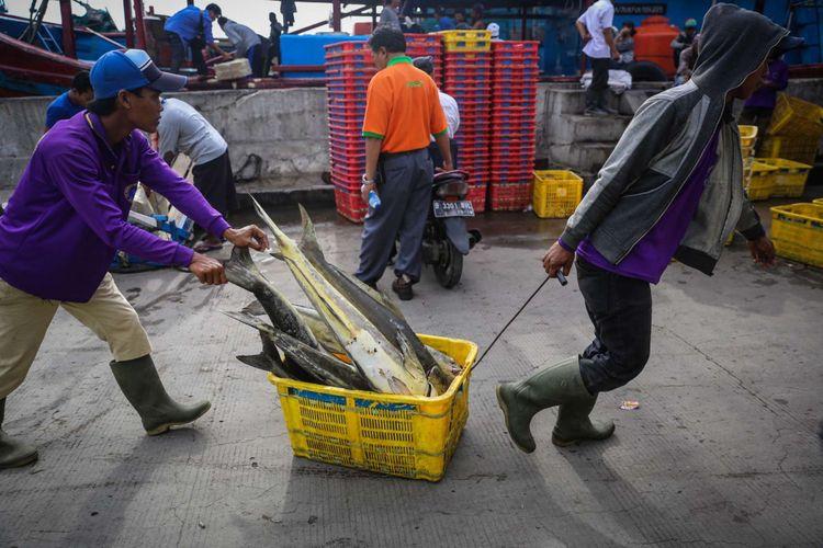 Pekerja memindahkan ikan tangkapan dari kapal untuk dilelang di Tempat Pelelangan Ikan Muara Angke, Jakarta Utara, Rabu (10/1/2018). Kementerian Kelautan dan Perikanan menaikan target perikanan tangkap tahun 2018 sebesar 9,45 juta ton dari target tahun sebelumnya yang hanya sebesar 7,8 juta ton.