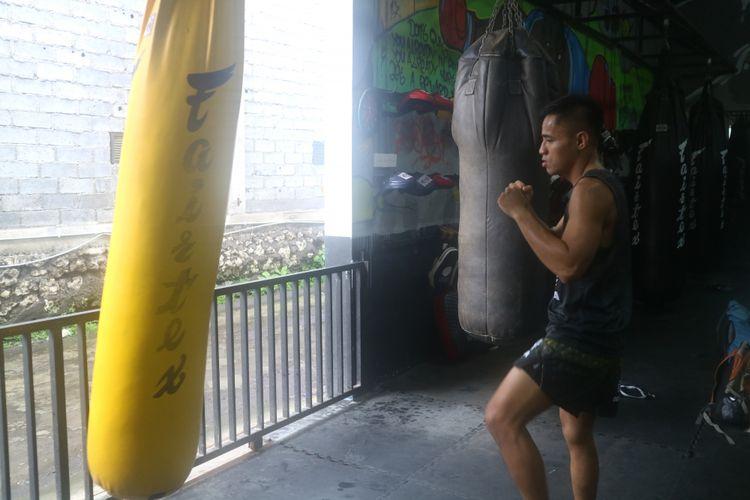 Petarung MMA asal Indonesia, Stefer Rahardian, ketika berlatih di Bali MMA, Jalan Raya Padonan No.6, Kuta Utara, Kabupaten Badung, Bali, Kamis (11/1/2018).