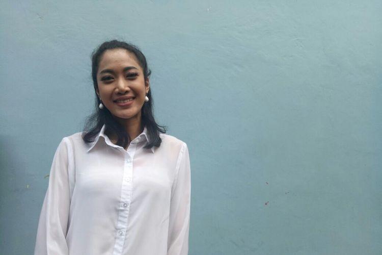 Vokalis Vierratale, Widy Soediro Nichlany berpose saat dijumpai di kawasan Tendean, Jakarta Selatan, Kamis (11/1/2018).