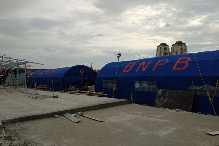 Proses pembangunan shelter dan tenda darurat untuk.warga kampung Akuarium Kamis (11/1/2018) terus dilakukan