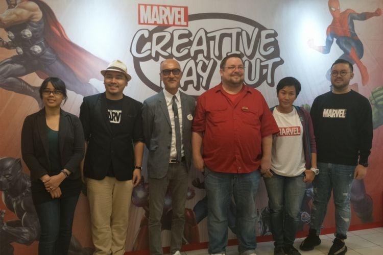 Editor in Chief Marvel Comics, CB Cebulski (baju merah), bersama para empat ilustrator Marvel Comics dari Indonesia dan Vice President Creative Disney China, Allen Au-Yeung, dalam acara Marvel Creative Day Out di Universitas Binus, Jakarta Barat, Jumat (12/1/2018).