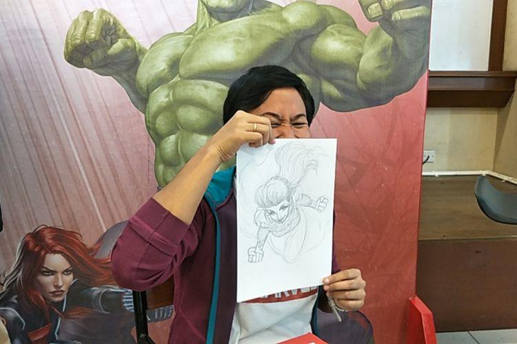 Ilustrator Marvel Comics asal Indonesia, Miralti Firmansyah, menunjukkan sketsa karakter superhero yang terinspirasi dari sosok Syahrini dalam acara Marvel Creative Day Out di Universitas Binus, Jakarta Barat, Jumat (12/1/2018).