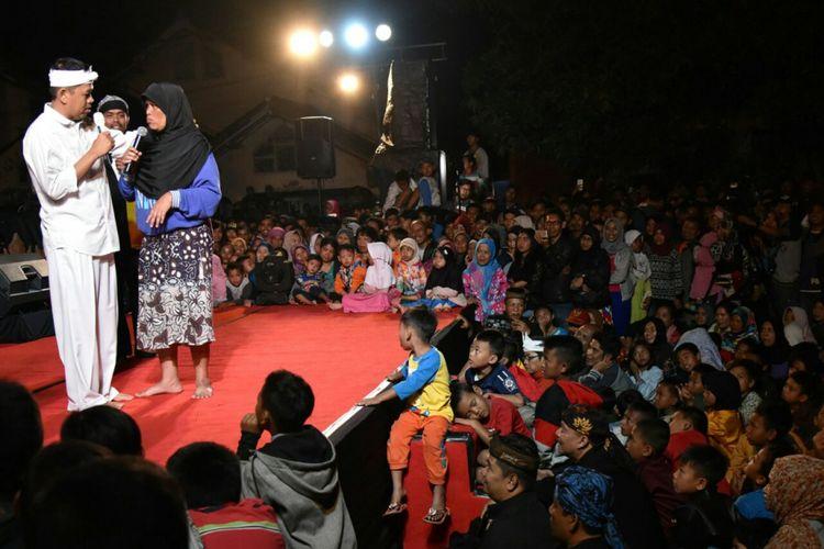 Emak Nani, istri sopir truk asal Kecamatan Katapang, Kabupaten Bandung, sedang mencurahkan isi hatinya kepada Dedi Mulyadi saat acara pentas grup seni di wilayahnya, Jumat (12/1/2018) malam.