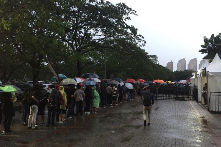Para penonton mengantre di Econvention Ancol, Jakarta Utara, Minggu (14/1/2018) untuk menyaksikan konser musisi asal Inggris Liam Gallagher.