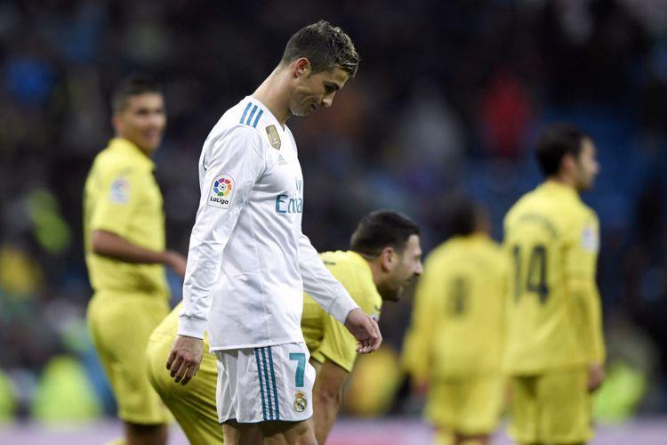 Pemain Real Madrid, Cristiano Ronaldo, berjalan pada akhir pertandingan sepak bola liga Spanyol antara Real Madrid dan Villarreal di Stadion Santiago Bernabeu di Madrid, Sabtu (13/1/2018).