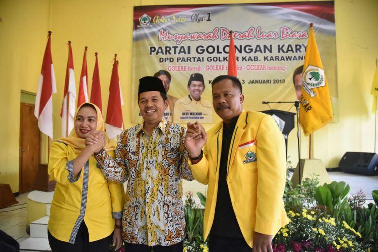 Ketua DPD Golkar Karawang Sukur Mulyono (kiri), Dedi Mulyadi (tengah), dan Ketua Bapilu Partai Golkar Jabar Wilayah Karawang-Purwakarta Sri Rahayu Agustina.