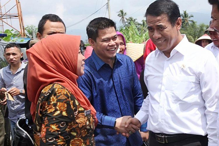 Ketua Fraksi PKB DPRD Jawa Barat Oleh Soleh (tengah) saat menghadiri panen raya bersama Menteri Pertanian Amran Sulaiman di Ciamis, Jawa Barat, dua bulan lalu.