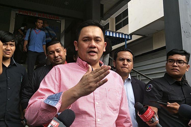Farhat Abbas usai melaporkan Nikita Mirzani ke Polda Metro Jaya, Jakarta Selatan, Selasa (16/1/2018). (KOMPAS.com/ANDI MUTTYA KETENG)