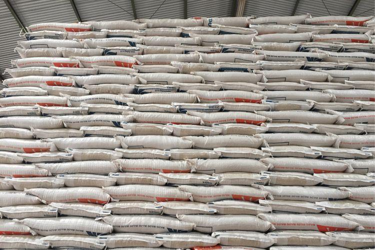 Stok beras di gudang milik Perum Bulog yang ada di Kabupaten Indramayu, Jawa Barat, Selasa (16/1/2018).