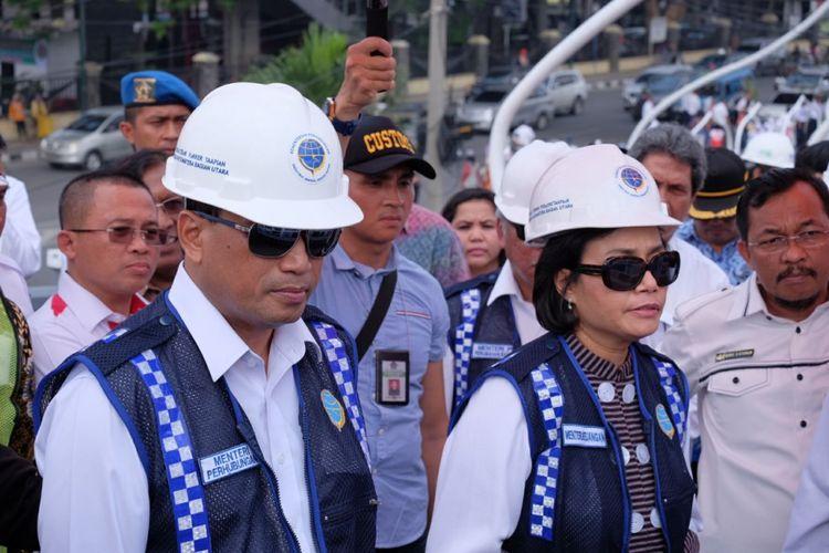 Menteri Perhubungan Budi Karya Sumadi dan Menteri Keuangan Sri Mulyani saat meninjau proyek elevated double track di Stasiun Medan, Rabu (17/1/2018)
