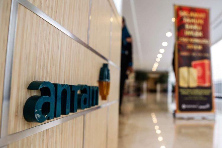 Logo PT Antam terlihat saat diluncurkan di Jakarta, Kamis (18/1/2018)