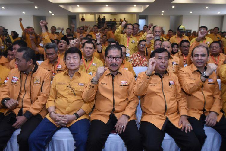 Plt Ketua Umum Partai Hanura Marsekal Madya TNI (Purn) Daryatmo (tengah) didampingi Sekjen Sarifuddin Sudding (kiri), Ketua Dewan Penasihat Chairudin Ismail (kedua kiri) dan Waketum Nurdin Tampubolon (kedua kanan) menghadiri Musyawarah Nasional Luar Biasa (Munaslub) Partai Hanura di kantor DPP Partai Hanura, Cipayung, Jakarta Timur, Kamis (18/1). Munaslub Partai Hanura yang dihadiri perwakilan dari 27 pengurus DPD se Indonesia tersebut diantaranya mengagendakan pemberhentian Ketua Umum Oesman Sapta Odang dan pemillihan ketua umum yang baru. ANTARA FOTO/Indrianto Eko Suwarso/foc/18.