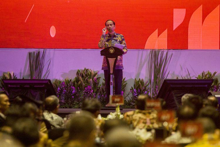 Presiden Joko Widodo memberikan sambutan saat pertemuan Tahunan Industri Jasa Keuangan 2018, di Jakarta, Kamis (18/1). OJK akan mendukung dan mengakselerasi pertumbuhan ekonomi melalui sektor jasa keuangan menuju target pertumbuhan ekonomi 2018. ANTARA FOTO/Galih Pradipta/kye/18
