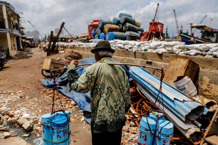 Warga beraktivitas di permukiman kumuh kampung nelayan Muara Baru, Penjaringan, Jakarta Utara, Sabtu (20/1/2018).  Angka kemiskinan di Jakarta saat ini mencapai 3,77 persen dan Pemerintah Provinsi DKI Jakarta menargetkan angka kemiskinan di Ibu Kota turun satu persen dalam kurun waktu lima tahun.
