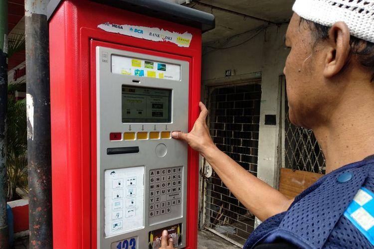 Petugas parkir memasukkan nomor kendaraan pada mesin parkir di jalan Sabang, Minggu (21/1/2018). Mesin parkir di jalan Sabang kembali digunakan setelah sebelumnya tidak difungsikan