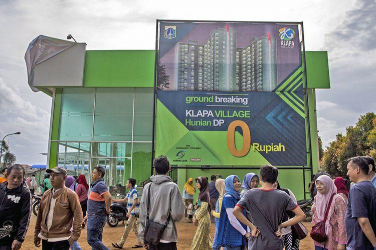 Sejumlah warga mencari informasi unit rumah susun dengan DP 0 Rupiah di Kantor Informasi Klapa Village, Jakarta, Minggu (21/1/2018). Rumah susun dengan DP 0 Rupiah yang diperuntukkan bagi warga dengan KTP DKI Jakarta atau suami-istri berpenghasilan di bawah Rp 7 juta per bulan tersebut akan dipasarkan pada April, dan saat ini para peminat hanya dipersilakan meninggalkan nomor kontak untuk dihubungi ketika pemasaran sudah dimulai.