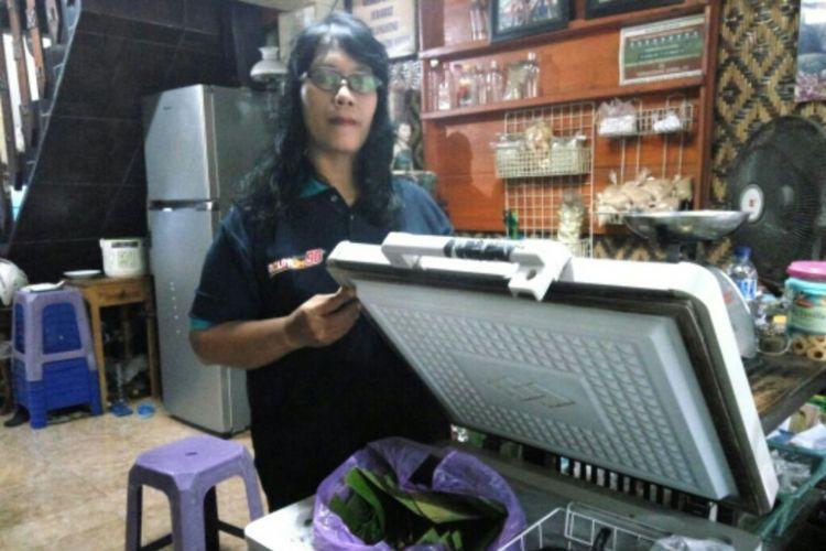 Tri Waryanti (47) pemilik Warung Makanan Mahluk Halus , Mbak WE saat menunjukan freezer penyimpanan di warungnya
