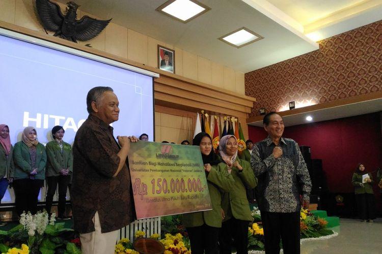 Presiden Direktur Lippo Group Theo L. Sambuaga menyerahkan bantuan pendidikan bagi mahasiswa berprestasi dari keluarga miskin di Kampus UPN Veteran Jakarta, Rabu (24/1/2018).