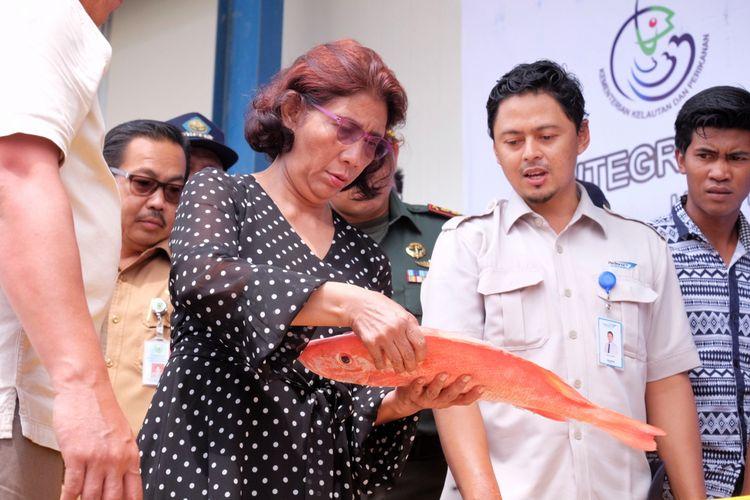 Menteri Kelautan dan Perikanan Susi Pudjiastuti saat meninjau SKPT di Selat Lampa, Natuna, Senin (29/1/2018)