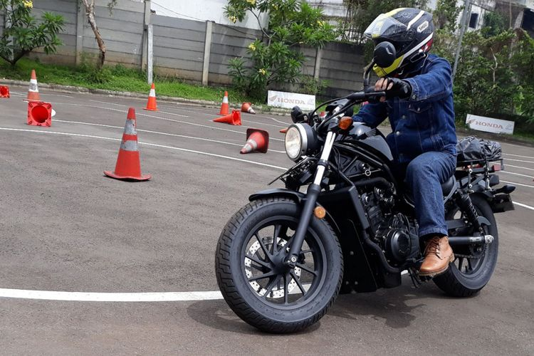 Komunitas Honda Rebel belajar safety riding.
