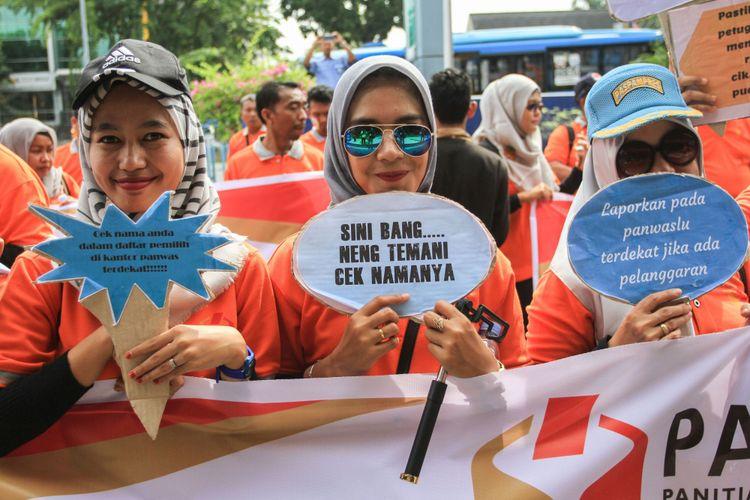 Petugas Panwaslu Kota Pekanbaru mensosialisasikan gerakan pencocokan dan penelitian (coklit) di Pekanbaru, Riau, Rabu (24/1/2018). Sosialisasi yang digelar merupakan upaya untuk mengajak masyarakat berperan aktif dalam kegiatan pencoklitan oleh KPU.
