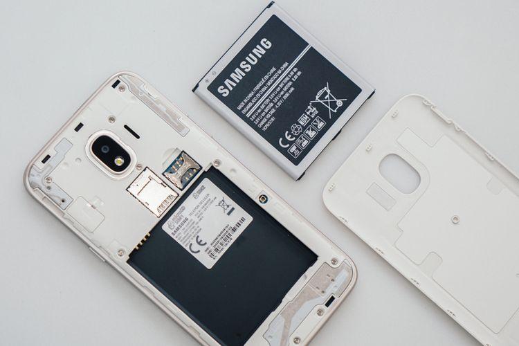 Baterai mesti dipasang terlebih dahulu sebelum Galaxy J2 Pro (2018) bisa dinyalakan. Untuk memasangnya, pengguna bisa membuka cover belakang ponsel.