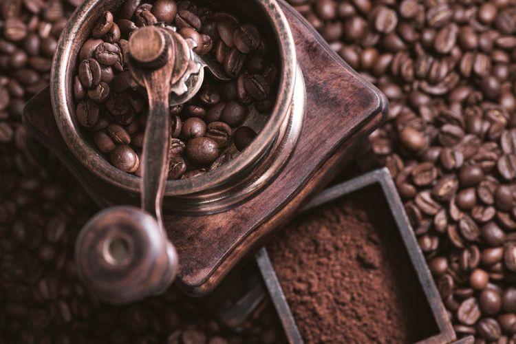Ilustrasi menggiling kopi