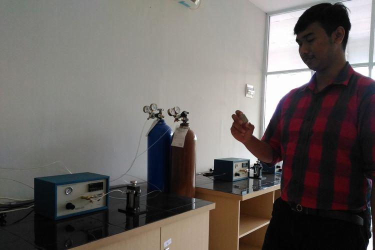 Uji laboratorium dibutuhkan untuk mengetahui porositas dan permeabilitas batuan sedimen. Mahasiswa Universitas Pertamina didorong untuk bisa mengembangkan kompetensi dengan fasilitas laboratorium yang terintegrasi.