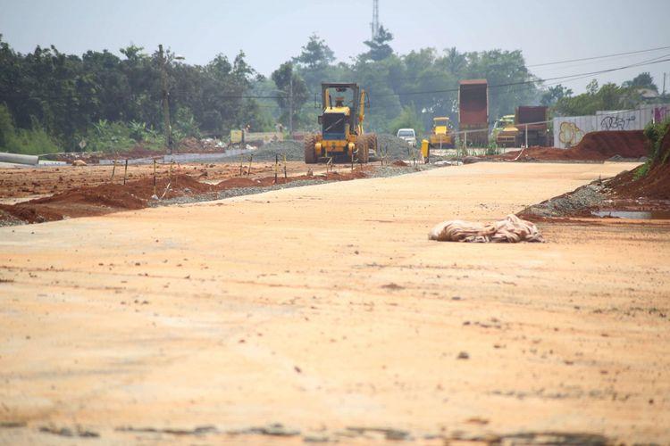 Pekerja menyelesaikan proyek pembangunan jalan tol akses Serpong - Kunciran sepanjang 11,20 km di Kawasan Parigi, Serpong, Tangerang Selatan, Banten, Jumat (02/02/2018). Jalan tol  ini merupakan bagian dari jaringan Tol JORR 2 yang nantinya akan menghubungkan Bandara Soekarno Hatta hingga Bitung Tangerang dan diharapkan mampu memecahkan penumpukan serta kemacetan yang ada di tol dalam kota maupun tol JORR.