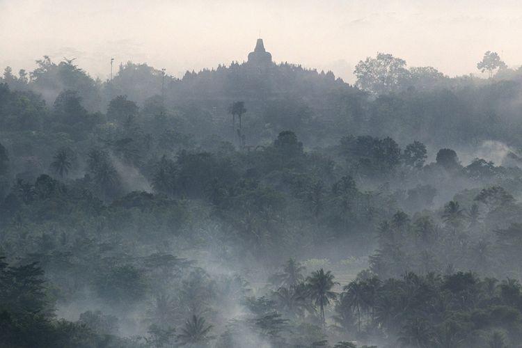 Suasana Candi Borobudur yang difoto dari Punthuk Setumbu, Borobudur, Magelang, Jawa Tengah, Kamis (30/11/2017). Candi ini termasuk salah satu dari 4 lokasi wisata yang menjadi prioritas percepatan pembangunan, sebagaimana Presiden Jokowi menargetkan kunjungan wisatawan pada 2019 mencapai 20 juta orang dan pergerakan wisatawan nusantara 275 juta, serta indeks daya saing pariwisata berada di ranking 30 dunia.